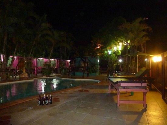 Pong Phen Guesthouse and Bungalows: Piscine de nuit