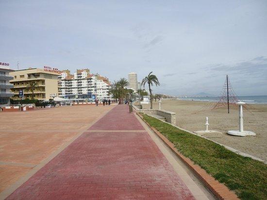 Hotel & Spa Peniscola Plaza Suites: Paseo marítimo