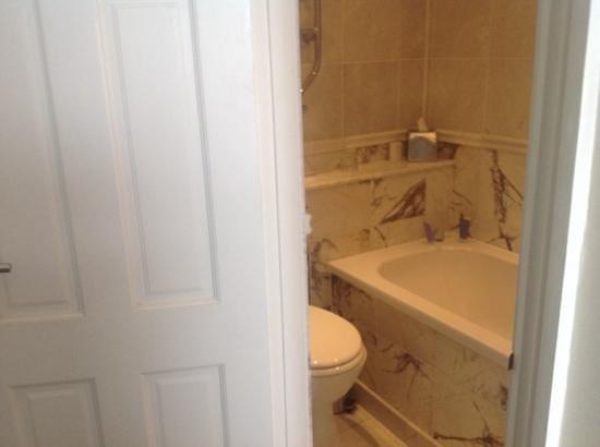 Carbis Bay Hotel & Estate: Squeeze bathroom of room 208