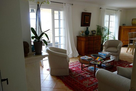 Villa Le Port d'Attache: Shared loungeroom and access to the veranda