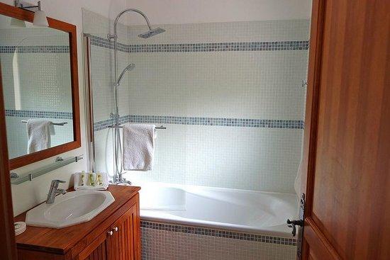 Villa Le Port d'Attache: Mistral bathroom