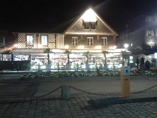 Le Bistro du Port : Vue nocture en soirée.
