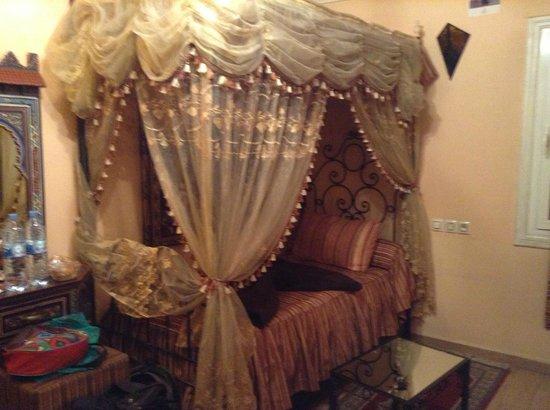 Moroccan House Hotel Casablanca : una de las dos camas de la habitación