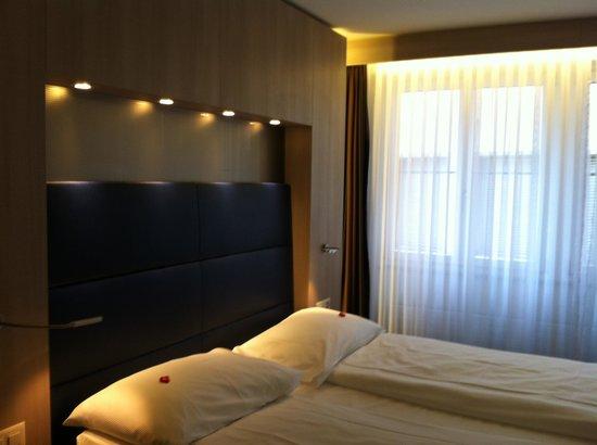 Hotel Alexander: Room 201 - Bed
