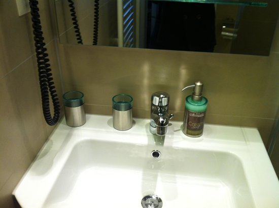 Hotel Alexander: Room 201 - Hand basin