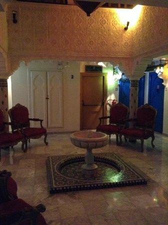 Moroccan House Hotel Casablanca : sala de estar del piso en el que estaba nuestra habitación