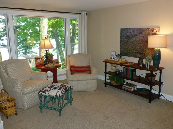 Sheridan On The Lake B & B: Lake View Loft - sitting area w/360 swivel chairs