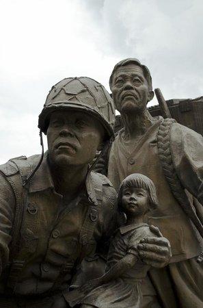 Monumento de Guerra de Corea: Statutes outside of the museum
