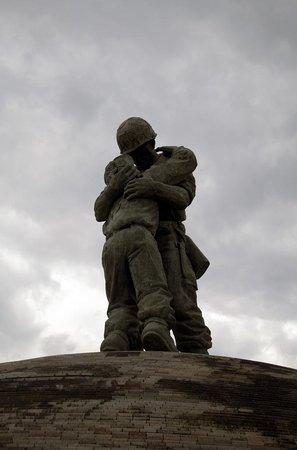 Monumento de Guerra de Corea: Statue of a South Korean soldier hugging a North Korean solider