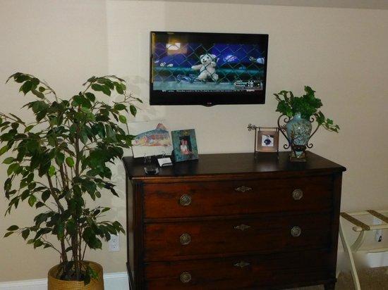 Sheridan On The Lake B & B: Lake View Loft - chest & HDV swivel TV