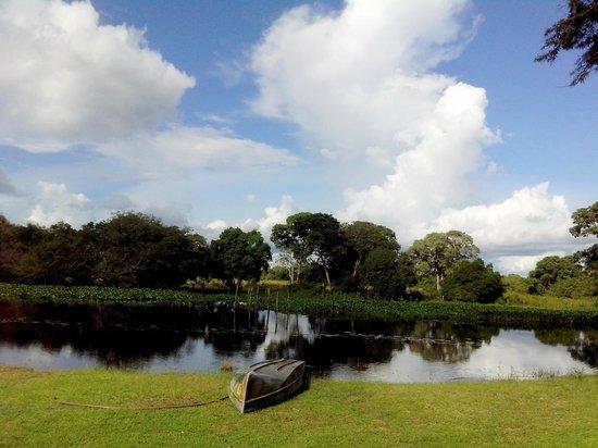 Pousada Rio Clarinho: Vista do lago em frente ao redário