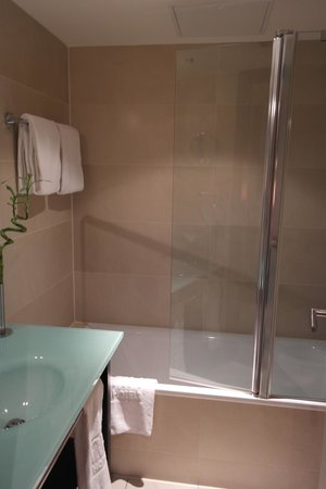 NH Berlin Kurfürstendamm: Salle de bain de la chambre