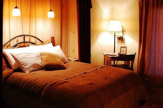 The Overlook Inn Bed and Breakfast: Queen Size Bed in Conquistador!