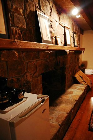 The Overlook Inn Bed and Breakfast: Large Gas Fireplace in Prince Madoc