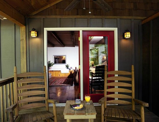 The Overlook Inn Bed and Breakfast: Prince Madoc Rocking Chair Porch!