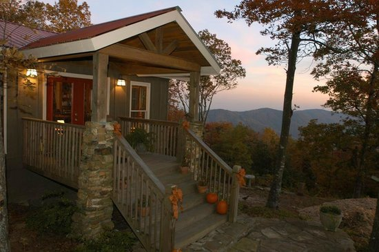The Overlook Inn Bed and Breakfast: The Inn during Fall! Beautiful Sunsets!