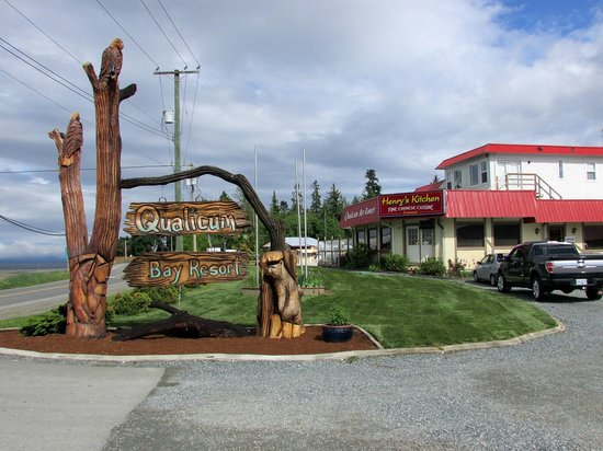 Qualicum Bay Resort: Front and sign
