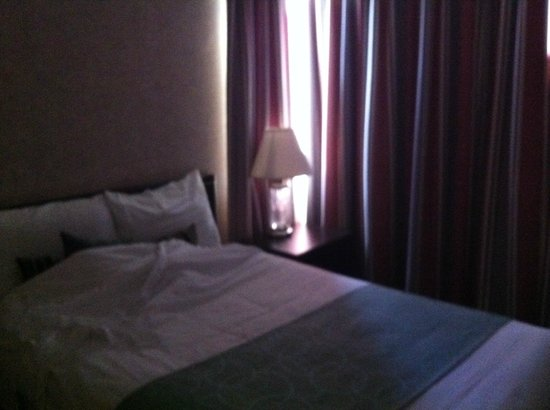 Coast Plaza Hotel & Suites : bed room