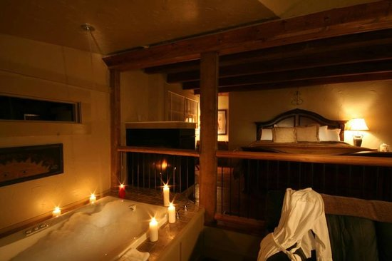 The Overlook Inn Bed and Breakfast: Large Jetted Tub in Celestial Suite. The Water Falls from the Ceiling!