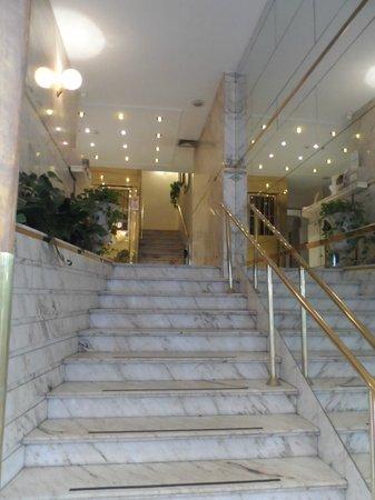 Tritone Hotel: Acceso a Hall de entrada