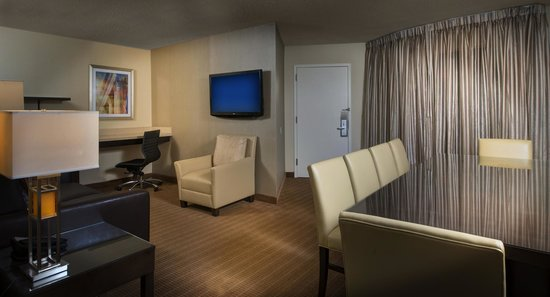 Embassy Suites by Hilton Alexandria-Old Town: Spacious Two-Room Suite