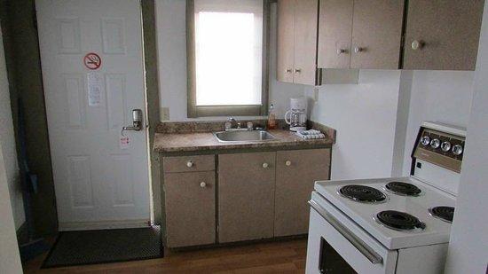 Qualicum Bay Resort: Cottage #5 kitchen