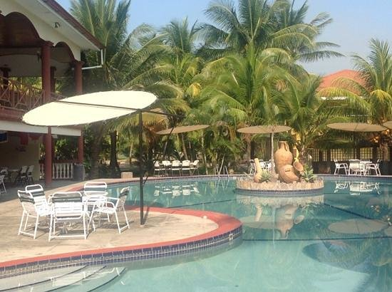 Honduras Shores Plantation: Reataurant and Pool