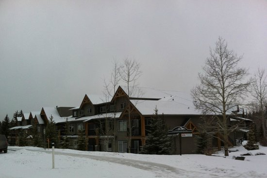 Copperstone Resort by CLIQUE : Side view of front of resort