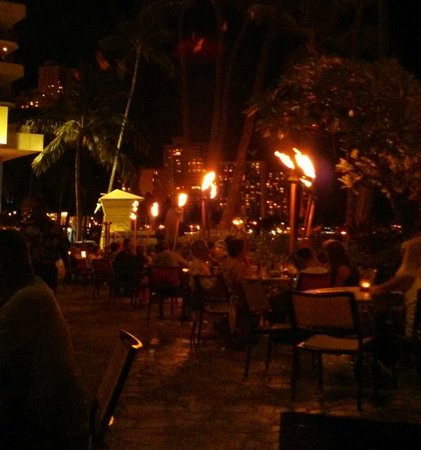 Duke's Waikiki: Beachfront dining area