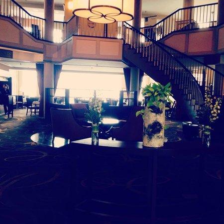 Sheraton Portsmouth Harborside Hotel: Warm Lobby