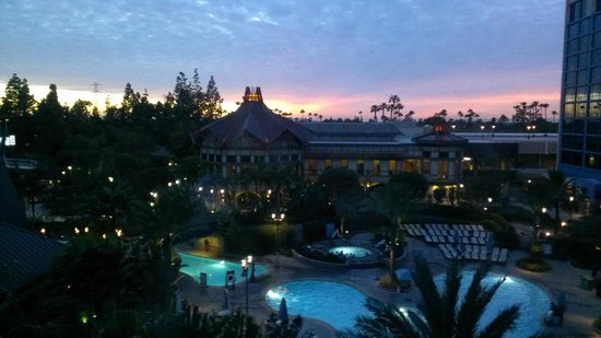 Disneyland Hotel: View of the pool and gorgeous sunset from our room
