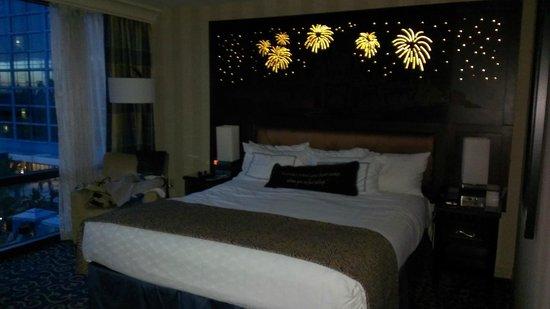 Disneyland Hotel: King bed with headboard