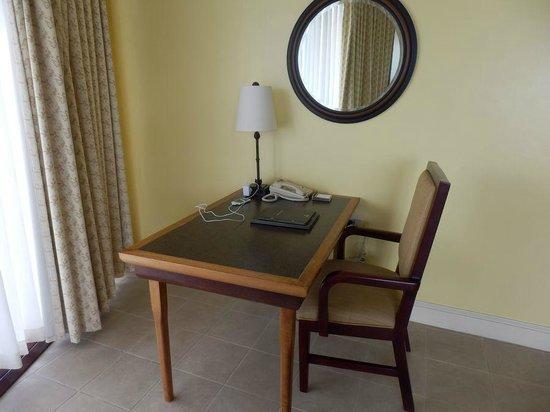 Hilton Barbados Resort: office desk inside our room