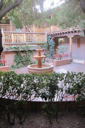 Comfort Suites at Sabino Canyon: Courtyard