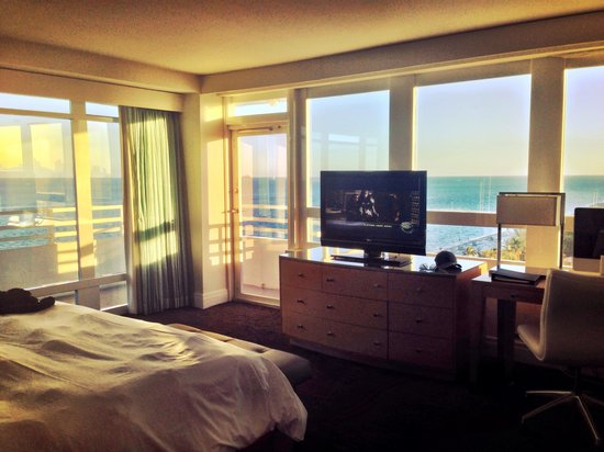 Fontainebleau Miami Beach : Bedroom with wrap around balcony in the Versailles tower ocean front one bedroom suite