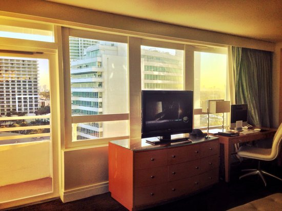 Fontainebleau Miami Beach : Side view of bedroom in the Versailles tower one bedroom oceanfront suite