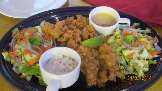 Conch Fritters: Piatto composto, conchiglie ed insalata