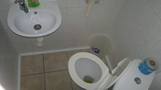 Hotel Amphone: uncomfortable area in restroom