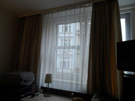 Bristol Hotel Frankfurt: Ventana que da a la calle