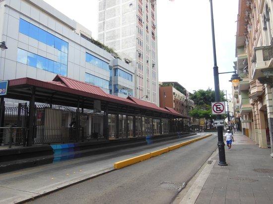 Grand Hotel Guayaquil: Vista desde la calle