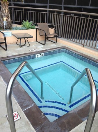 Hilton Los Angeles Airport: Jacuzzi in pool area