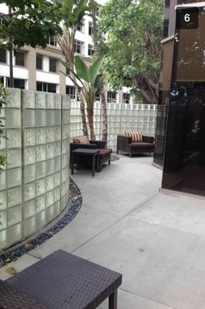 Courtyard Los Angeles LAX/Century Boulevard: Outdoor patio. Liked the enclosed glass wall; safe