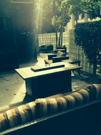 Courtyard Los Angeles LAX/Century Boulevard: Outdoor patio. Enclosed, so felt safe