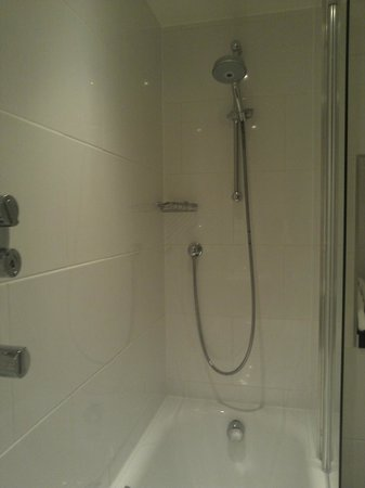 Thistle Kensington Gardens: Shower/Bath