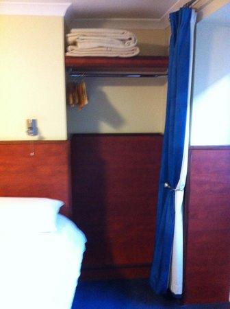 Crestfield Hotel : roupeiro