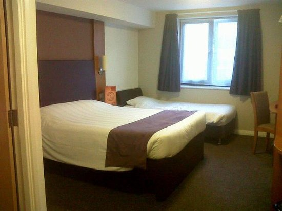 Premier Inn Torquay Hotel: Bedroom - not a great photo, everything looks brown and dark but actually purple and white, clea
