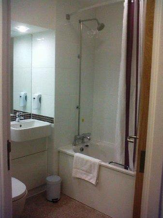Premier Inn Torquay Hotel: Bathroom - all gleaming white, nice and clean