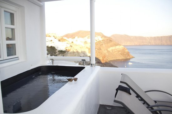 Art Maisons Luxury Santorini Hotels Aspaki & Oia Castle: Aspaki Jacuzzi and view