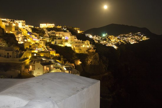 Art Maisons Luxury Santorini Hotels Aspaki & Oia Castle : Oia at night from one side of balcony
