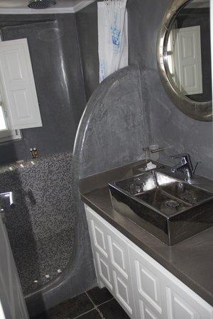 Art Maisons Luxury Santorini Hotels Aspaki & Oia Castle: Bathroom (better than my poor photography shows)
